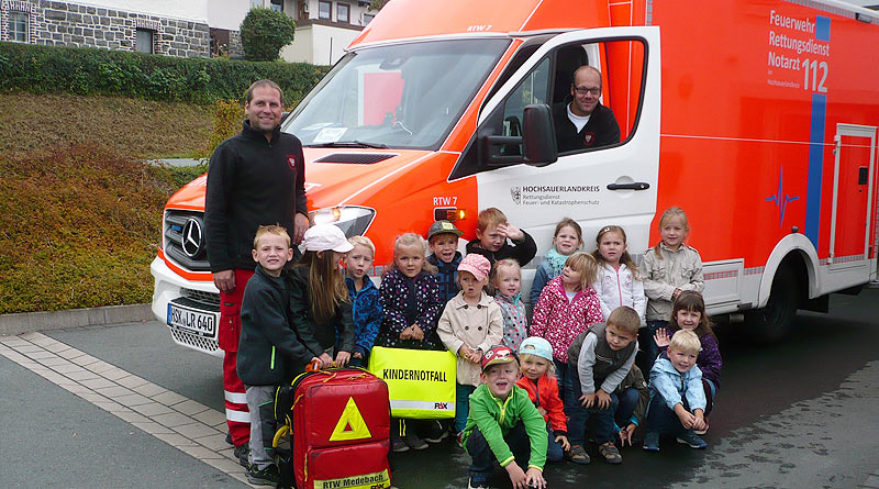 """Kinder des Kindergartens """"Arche Noah"""" besichtigen Rettungswache"""
