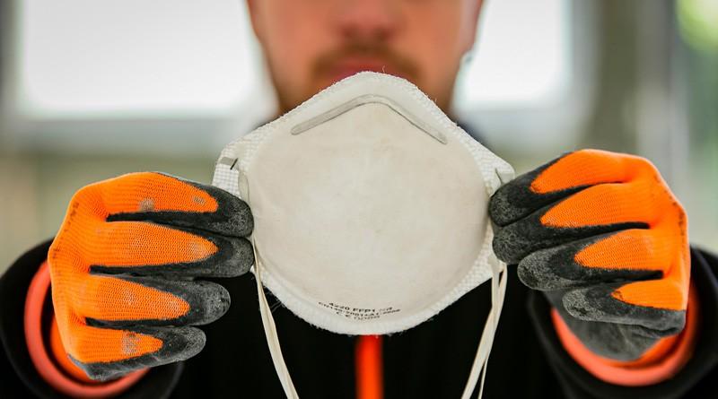 Bauarbeiter mit Maske